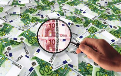 Počet padělaných bankovek a mincí opět klesl